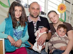 KATRIN BÍLÁ se narodila v úterý 18. března v 18.10 hodin. Na svět přišla s váhou 3 000 gramů a mírou 48 centimetrů. Z malé Katrinky se těší doma v Chebu sourozenci Antonio, Nikola, Pavel a Michal, maminka Iva a tatínek Josef.