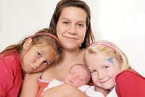 ŠTĚPÁNKA BASTLOVÁ bude mít v rodném listu datum narození středu 1. října v 2.15 hodin. Na svět přišla s váhou 2 870 gramů a mírou 48 centimetrů. Doma v Chebu se z malé Štěpánky raduje sestřička Simonka spolu s maminkou Kateřinou a tatínkem Štěpánem.