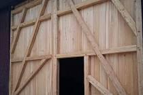 Nová vrata od stodoly na hradě Seeberg jsou vyrobena z modřínu.