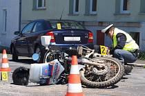 V ašské Bratrské ulici srazil řidič osobního auta motorkáře