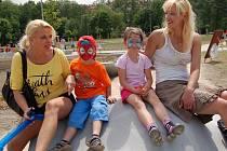 NOVÝ AREÁL na levém břehu Ohře v Chebu přijely otestovat také chebské rodačky Petra (vlevo) a Martina (vpravo), žijící nyní v SRN. Středisko se moc líbilo i jejich dětem Leonkovi a Marii Luise (druhá zprava).