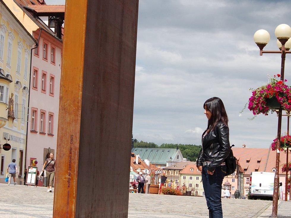 Artefakt Brána času stojí na zrekonstruované chebské pěší zóně.Fotografie jsou z roku 2010, kdy tu byla nainstalovaná.