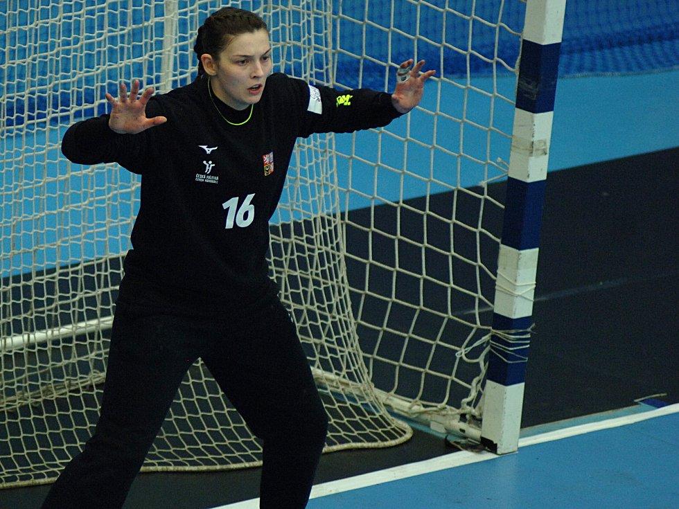 Český výběr (v červeném) na úvod turnaje poměřil síly s Rakouskem.
