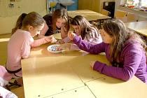 DĚTI SI v chebském domě dětí a mládeže mohly během jarních prázdnin vytvořit například náramek anebo obrázek.