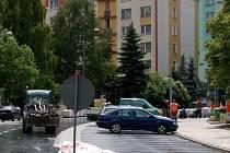MINULÝ ROK PROŠLA NÁROČNOU rekonstrukcí chebská Palackého ulice (na snímku). Podobné by letos měla vypadat situace v Riegerově ulici. Opravy tam začnou 1. března.