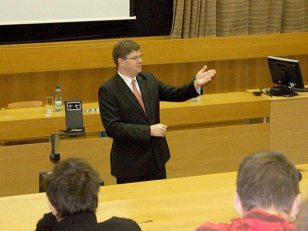 MINISTR SPRAVEDLNOSTI Jiří Pospíšil se při své návštěvě Chebu setkal se studenty v posluchárně Západočeské univerzity.