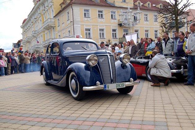 Historická vozidla přilákají při každé příležitosti do centra Františkových Lázní tisíce lidí