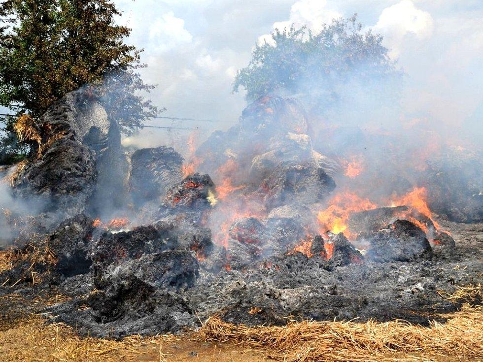U rozsáhlého požáru balíků uskladněné slámy museli v úterý zasahovat hasiči nedaleko  Milhostova na Chebsku.
