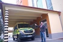 TECHNICKÝ ŘEDITEL KARLOVARSKÉ KRAJSKÉ NEMOCNICE Lukáš Holý ukázal, že během rekonstrukce chebské nemocnice vznikl i nový přístřešek pro sanitní vozy.