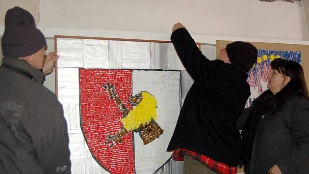 Znaky měst a obcí, které byly vystaveny v Křížové chodbě Františkánského kláštera v Chebu, zamířily do Brna na veletrh GO a Regiontour.
