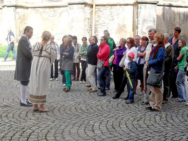 TAKÉ NA FRANTIŠKÁNSKÉM NÁMĚSTÍ herci chebského divadla znázornili příběhy chebských františkánů a klarisek.