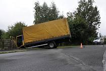 Špatně zabrzděný náklaďák přejel ženu v Aši.