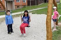 NOVOU HOUPAČKU na nedávno vybudovaném dětském hřišti na chebském sídlišti Skalka si vyzkoušela i Lucie Nguyenová z Chebu (uprostřed).