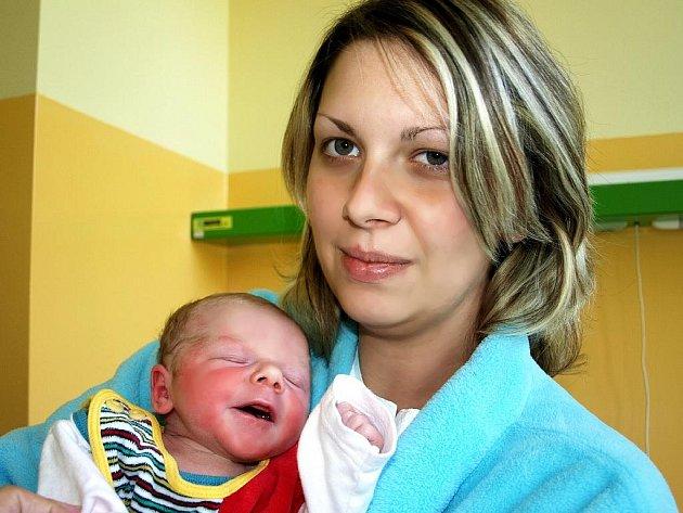 KAROLÍNA PROCHÁZKOVÁ se narodila ve středu 9. 9. 2009 v 17.40 hodin. Na svět přišla s váhou 3150 gramů a mírou 50 centimetrů. Doma v Aši se už nemůže dočkat tatínek Karel návratu maminky Marie a dcerky Karolínky.