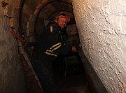Ocelové zábradlí a silná světla. Tak v tuto chvíli vypadá přístupový portál do Goethovy štoly uvnitř vyhaslé sopky Komorní hůrka u Chebu.