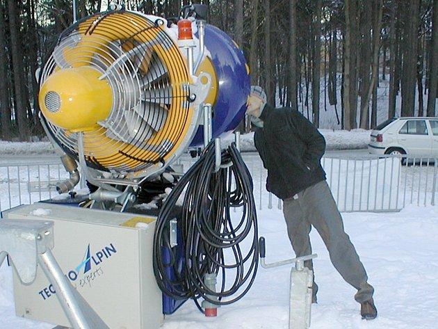 KVŮLI VYSOKÝM teplotám nemohou provozovatelé lyžařských areálů použít ani sněžná děla.