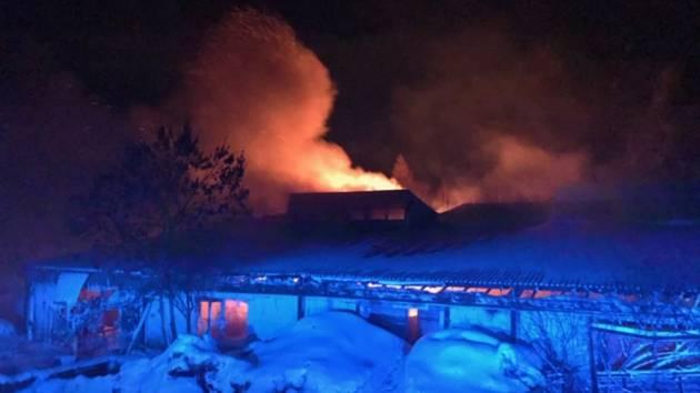 Požár, při kterém vyhasl lidský život, zasahovaly tři jednotky hasičů.
