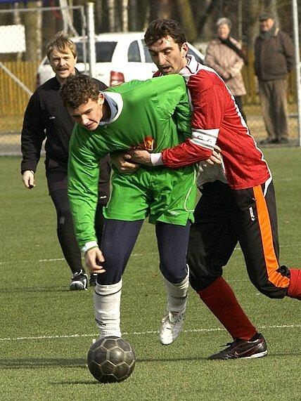 CHEBSKÝ  Benkovský (vpravo) předvádí zápasnický chvat  v zápase FC Cheb – Skalná 4:1.