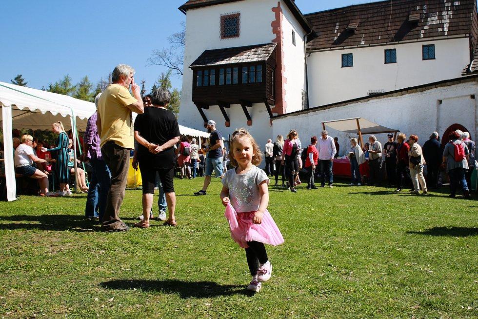 """Na hradě Seeberg nedaleko Františkových Lázní se v neděli konaly Velikonoční trhy. Na své si přišli hlavně milovníci masa, protože se zároveň konaly zabijačkové hody. O občerstvení se postarala velichovská hospoda """"U Lípy"""", její kuchaři totiž přímo před o"""