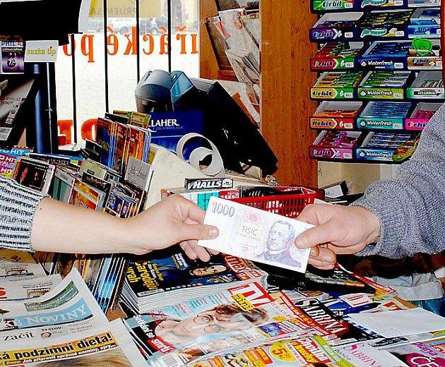 NENÍ tisícovka jako tisícovka. Platit reklamní bankovkou může být kvalifikováno jako trestný čin.