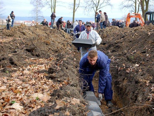 Ukládání prvních ostatků německých vojáků na hřbitově v Chebu