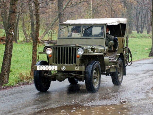 Kolona Jízdy svobody 1945 - 2008 právě projíždí Salajnou. V hustém dešti míří technika do Hranic u Aše