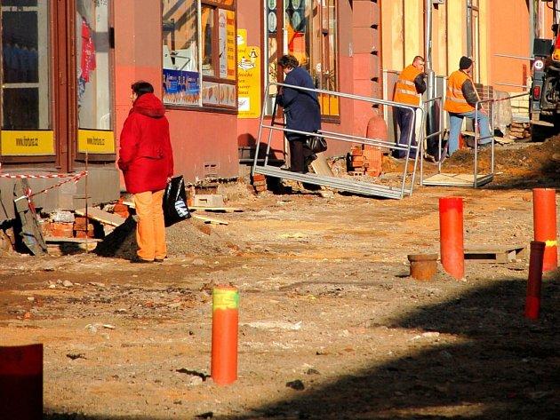 Rekonstrukce pěší zóny v Chebu. Stav 3. dubna 2009