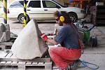 Chebský sochař Jiří Černý právě pracuje na díle, které ozdobí cyklostezku Cheb-Waldsassen
