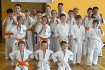 Členové oddílu Shinkyokushinkai karate Františkovy Lázně, kteří se v tělocvičně Základní školy Františkovy Lázně účastnili exhibičního tréninku pod vedením trenéra Františka Čadka.