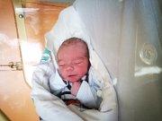 JAN FINKE se narodil 5. dubna ve 12.46 hodin. Na svět přišel s váhou 3240 gramů. Honzík dělá doma v Chebu velkou radost mamince Petře i tatínkovi Jakubovi.