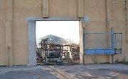 POŽÁR haly v Dolních Dvorech zcela zničil objekt i auta zaparkovaná v něm.