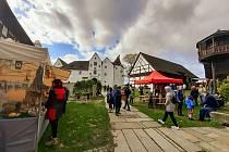 Vůně klobásy, jitrnice, ale i hřejivého svařáku, který se v chladném počasí hodil a příjemně zahřál. Tak to v sobotu vypadalo na hradu Seebergu, kde se konaly Svatohubertské slavnosti a zabijačkové hody.
