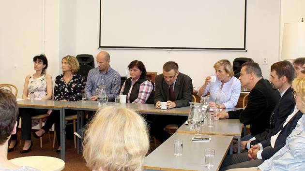 Krize v nemocnici byla hlavním tématem diskuze v chebské knihovně a zúčastnili se jí zástupci sester, odborů, vedení kraje nebo také vedení nemocnice