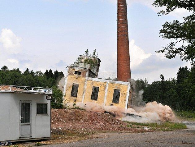 Pětašedesátimetrový komín odstřelili v Aši pyrotechnici k zemi.