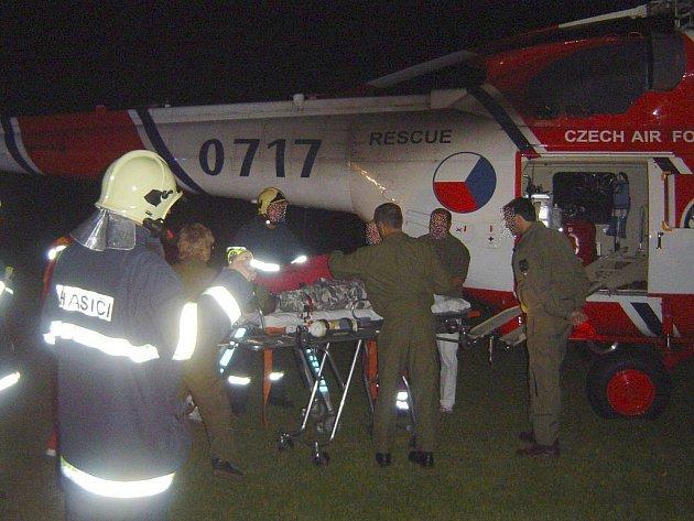 Ašští hasiči asistovali při nakládání těžce zraněného mladíka