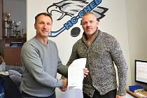 David Hruška podepsal v Chebu