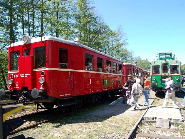 Setkání motorových vozů řad M131 a M120 v Lokti