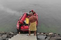 Muž vydržel hodinu plavat, než ho v husté mlze našli hasiči.