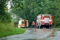 PŘI ZÁSAHU v Podhradu se zranil hasič pádem ze žebříku. Přivolaní záchranáři měli podezření na poranění páteře a pánve. To se naštěstí nepotvrdilo.