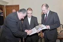 Mariánskolázeňský student Miloš Skácel (uprostřed) se setkal s Mons. Dominikem Dukou.