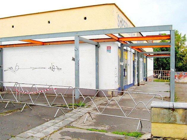 Pracovníci Chebských technických služeb začali v uplynulých dnech odstraňovat železné zastřešení u bývalého obchodu Albert na chebském sídlišti Skalka.