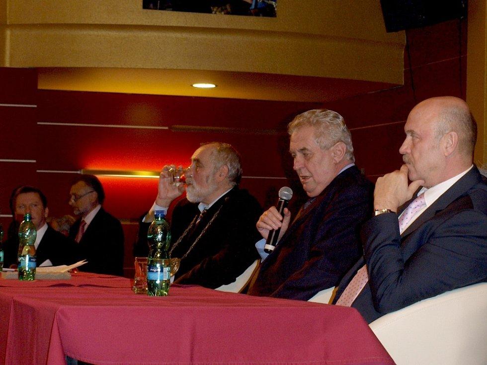 Mažoretky, dechový orchestr a asi tři stovky občanů v Chebu přivítaly prezidenta Miloše Zemana. Ten s obyvateli debatoval například o nízkých důchodech, nezaměstnanosti, ale třeba také o nízké minimální mzdě.