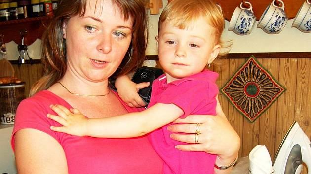 O zdravotnictví  v Karlovarském kraji se v poslední době hovoří spíše  negativně.  Zcela odlišné zkušenosti má však 32letá  Slovenka Mária Kubalová z Kysuckého Nového Mesta (na snímku i s dcerou).