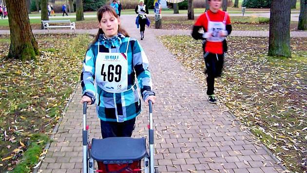 Ambasadorka chebského Poutního maratonu Simona Buchnerová. Ačkoliv je celý život upoutána na vozík, rozhodla se pomáhat. A lidé ji vyslyšeli, vybralo se už takřka 10 tisíc korun. Ty chce Simona darovat chebskému Hospici Sv. Jiří.