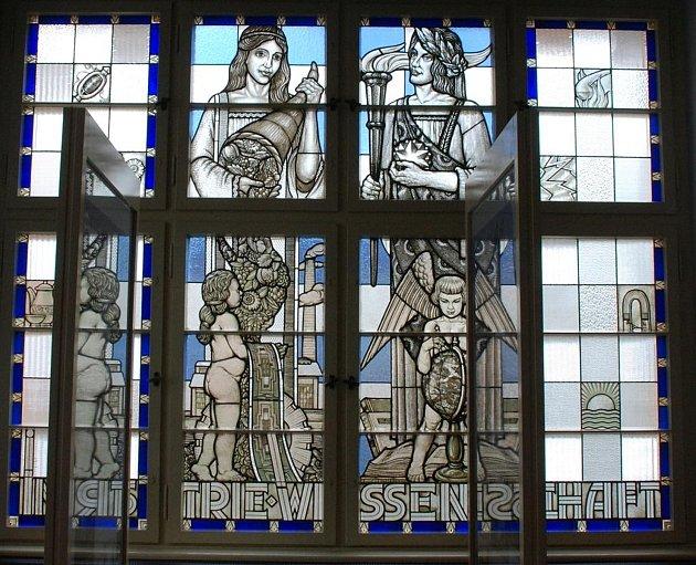 Hasičská zbrojnice na ašském Poštovním náměstí skrývá jeden unikát – vitráže z 30. let minulého století.