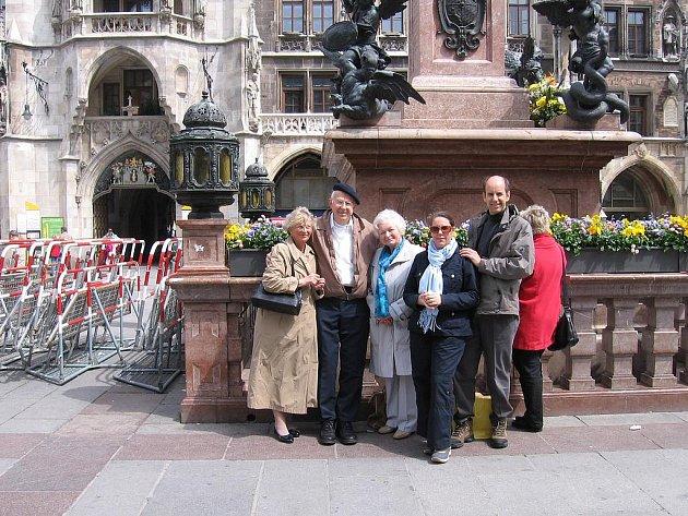 Ulli Zischka, Bob Harmon, Susi Zischka a Bobův syn s manželkou (zleva)  při setkání v Mnichově v roce  2009.