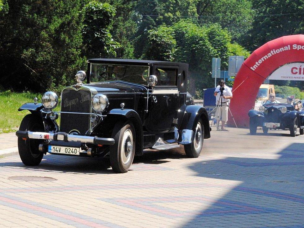 Kolona osmnácti historických vozidel, mezi nimiž bylo i jedno stoleté, vedená Tatrou šestinásobného vítěze rallye Paříž – Dakar Karla Lopraise zavítala do Františkových Lázní.