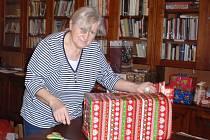 Radost z dárku zažili o letošním Štědrém večeru také ti, kteří by jinak žádný nedostali. Lidem bez domova a maminkám s dětmi v životní nouzi je nadělili chebští farníci.  Dárky se rozdávali v rámci tradiční akce s názvem Strom splněných přání.