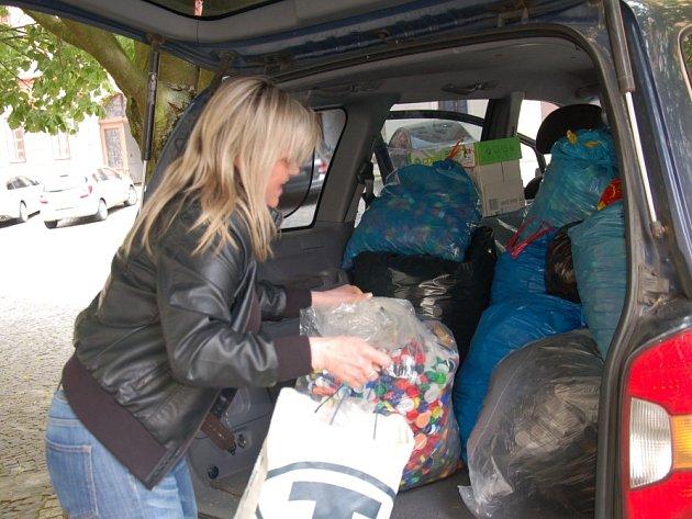 Z REDAKCE Chebského deníku odjíždělo plné auto, napěchované pytli s víčky pro malého Matyáška.