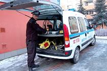 """Z LEDOVÉ VODY ZACHRÁNILI PEJSKA  dva chebští strážníci Pavel Keblůšek a Jan Skála (na snímku). Skromný mladý muž na svém činu nic zvláštního neviděl. """"Je to přece má práce,"""" řekl a šel se připravovat na další výjezd."""